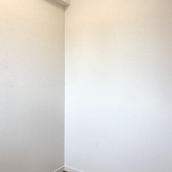 【洋室】シンプルな内装です。