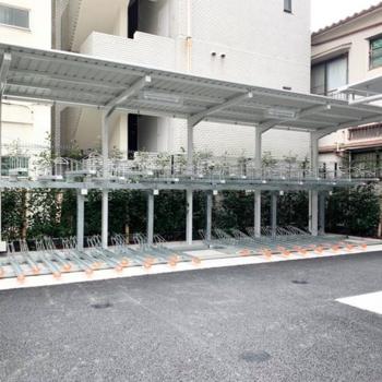建物の左側に駐輪スペースがあります。
