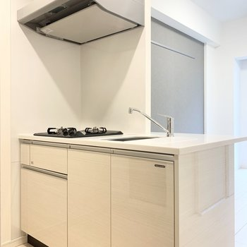【DK】ホワイトを基調とした清潔感のあるキッチンです。※写真は1階の反転間取り別部屋のものです