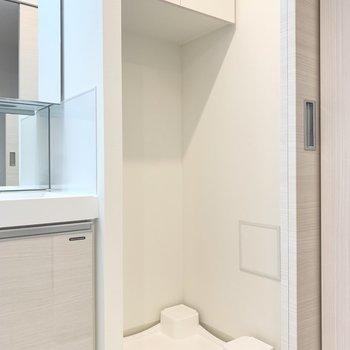 洗面台のお隣には洗濯機置き場があります。※写真は1階の反転間取り別部屋のものです