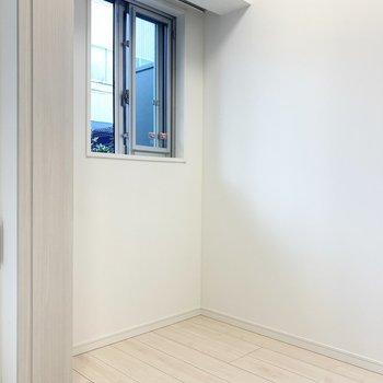 【洋室】こちらにも窓があります。※写真は1階の反転間取り別部屋のものです