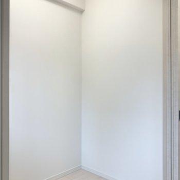 【洋室】ベッドがぴったり収まりそうな広さ。※写真は1階の反転間取り別部屋のものです