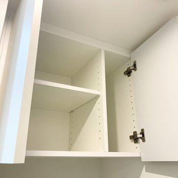 洗濯機置き場の上部には収納がありました。※写真は1階の反転間取り別部屋のものです