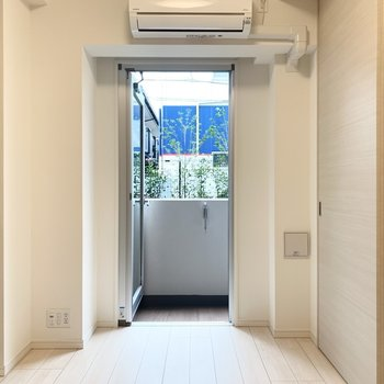 【DK】南向きの窓からは明るい光が差し込みます。※写真は1階の反転間取り別部屋のものです