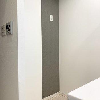 【DK】キッチンの後ろには冷蔵庫を置くことができます。※写真は1階の反転間取り別部屋のものです