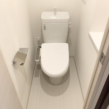 圧迫感のないトイレです。※写真は1階の反転間取り別部屋のものです