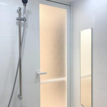 鏡も付いていますよ。※写真は1階の反転間取り別部屋のものです