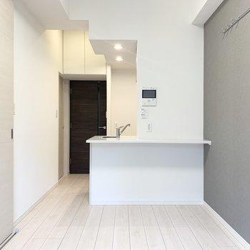 【DK】キッチンはカウンター付き!ちょっとした作業スペースとしても◎※写真は1階の反転間取り別部屋のものです