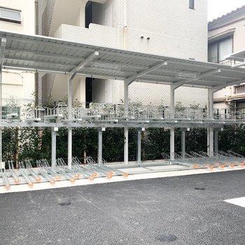 駐輪所は建物左側にあります。