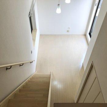 階段を下りて水回りを見ていきますよ