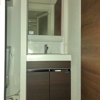 洗濯機置き場の反対側の扉を開けると、洗面所・トイレ・浴室になっています。※写真は通電前のため、フラッシュを使用しています