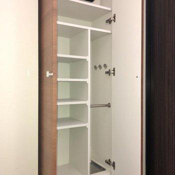 靴箱には傘置き場などもあります。棚板は可動式ですよ。
