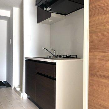 キッチンです。収納の扉にはダークブラウンが使われています。