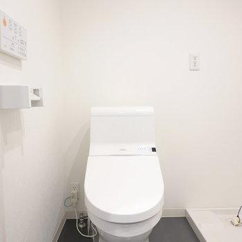 左手にはウォシュレット付きのトイレ。スタイリッシュなフォルムで気分が良い。