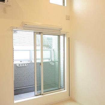 洋室は約5.5帖ですが、天井が高いので数値以上に広く感じます。