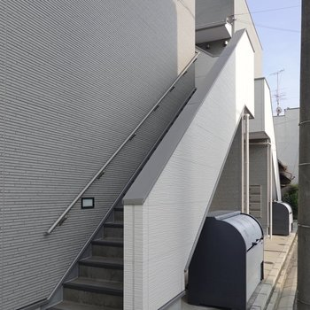 お部屋は2階。こちらの階段を登っていきます。