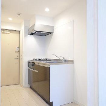 吊戸棚の無い開放的なキッチンです。右側はゆとりのあるキッチン家電置き場に。