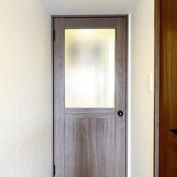 ドアには可愛らしいチェッカーガラスを使用。