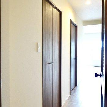 廊下の途中にあるこちらのドア。中には…