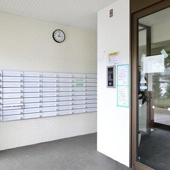さらにオートロックも。白いメールボックスも素敵。