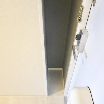 ドアの横のちょっとした隙間は傘立てとして使えそう。