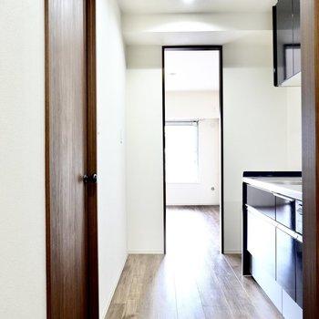 背面側のスペースはキッチン家電の置き場に。
