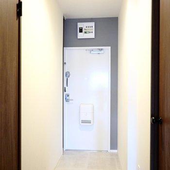 玄関は靴箱がありませんが広いので好きなデザインの物を設置できます。