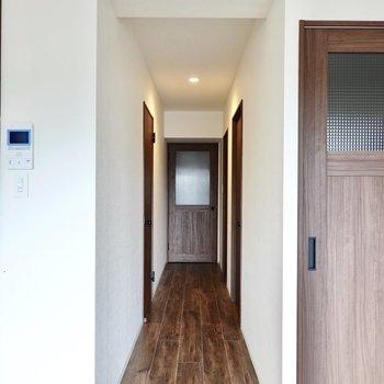 廊下から脱衣所へ向かいます。左がキッチン、右が洋室のドア。