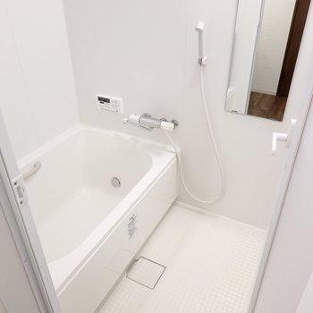 追い焚き付きのお風呂。真っ白な空間で身も心も清らかに。