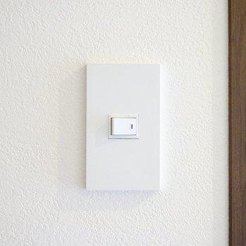 電源スイッチも生活感の少ない、センスあるモノ。細かい配慮が嬉しい。
