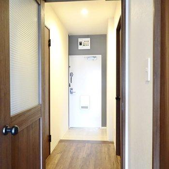 ドアを開けて左手に脱衣所、右手にもうひとつの洋室があります。