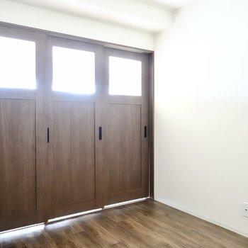 引き戸を閉めるとちょうど良いおこもり感。大きなベッドを置いて寝室に。