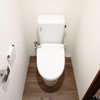 トイレはウォシュレット付き。こんな場所のデザインも心地良い。