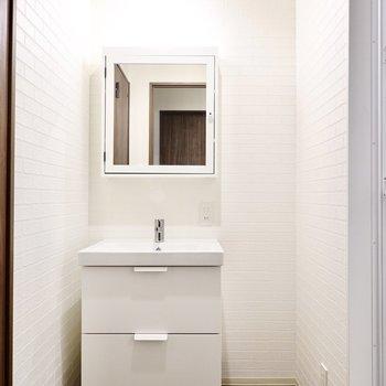 脱衣所に入ると洗練されたデザインの洗面台がお出迎え。