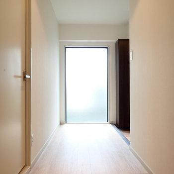 玄関前に、大きな採光面があります!
