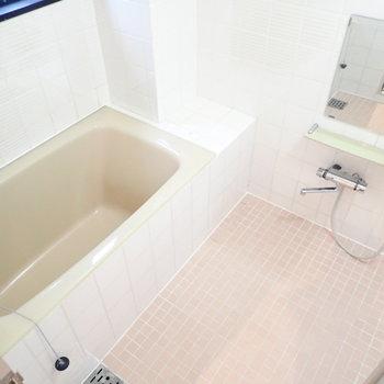 お風呂には窓もありますよ。