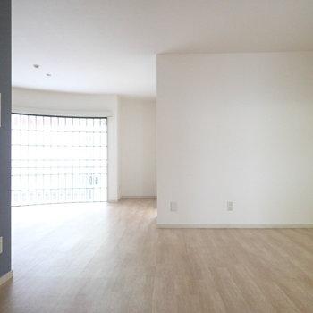 リビングルームは大型の家具も置けます。
