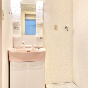 照明がポッと照らしてくれていますね。ピンクの洗面器が可愛らしいです。※写真は3階の同間取り別部屋のものです