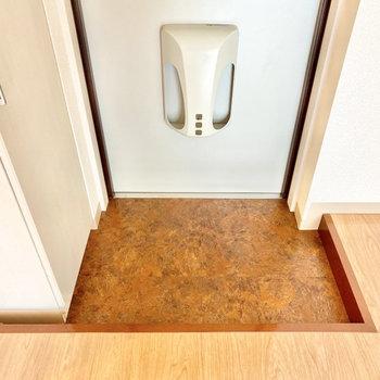 玄関は少しコンパクトですが、1〜2足は置いておけそう。※写真は3階の同間取り別部屋のものです