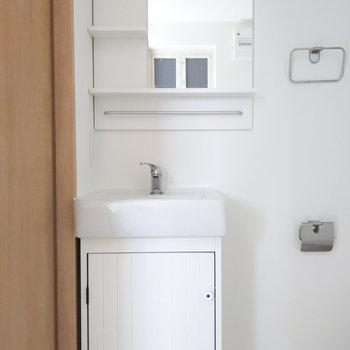 扉がかわいいコンパクトな洗面台。