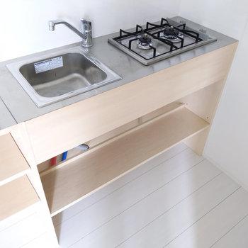 キッチンはコンパクトですがカウンターを利用したら問題ないですね。