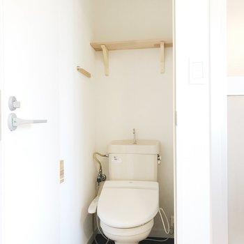 トイレにも無垢の素材を取り入れて
