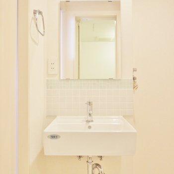 オシャレな独立洗面。※写真は6階別部屋のもの