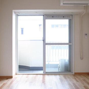 【洋室】こちらは寝室に。LDKとおなじく、ここにもエアコンがついています◎