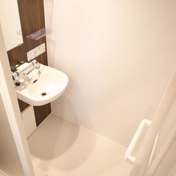 浴室はシャワーブース仕様。洗面台もこちらに。