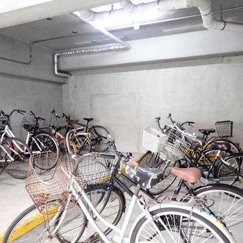 共用部】自転車置き場は建物の下です。