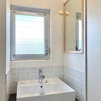 洗面台はサイドに鏡がありますよ。