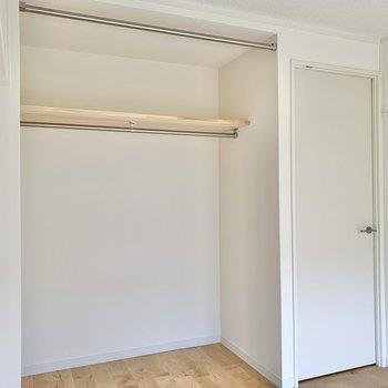 【洋室4.3帖】オープンクローゼットですよ。カーテンも取り付けられます。