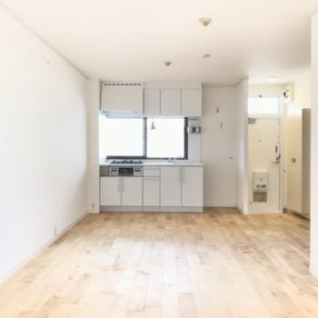 【イメージ】バーチの無垢床が気持ちいい※キッチン正面に窓はありません