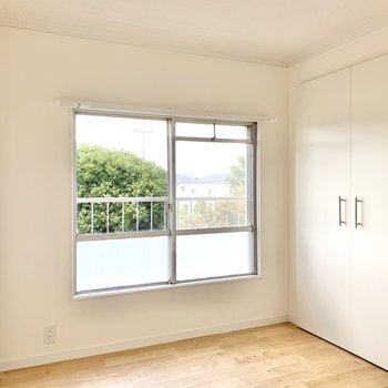 【洋室5帖】寝室に良さそうな広さです。